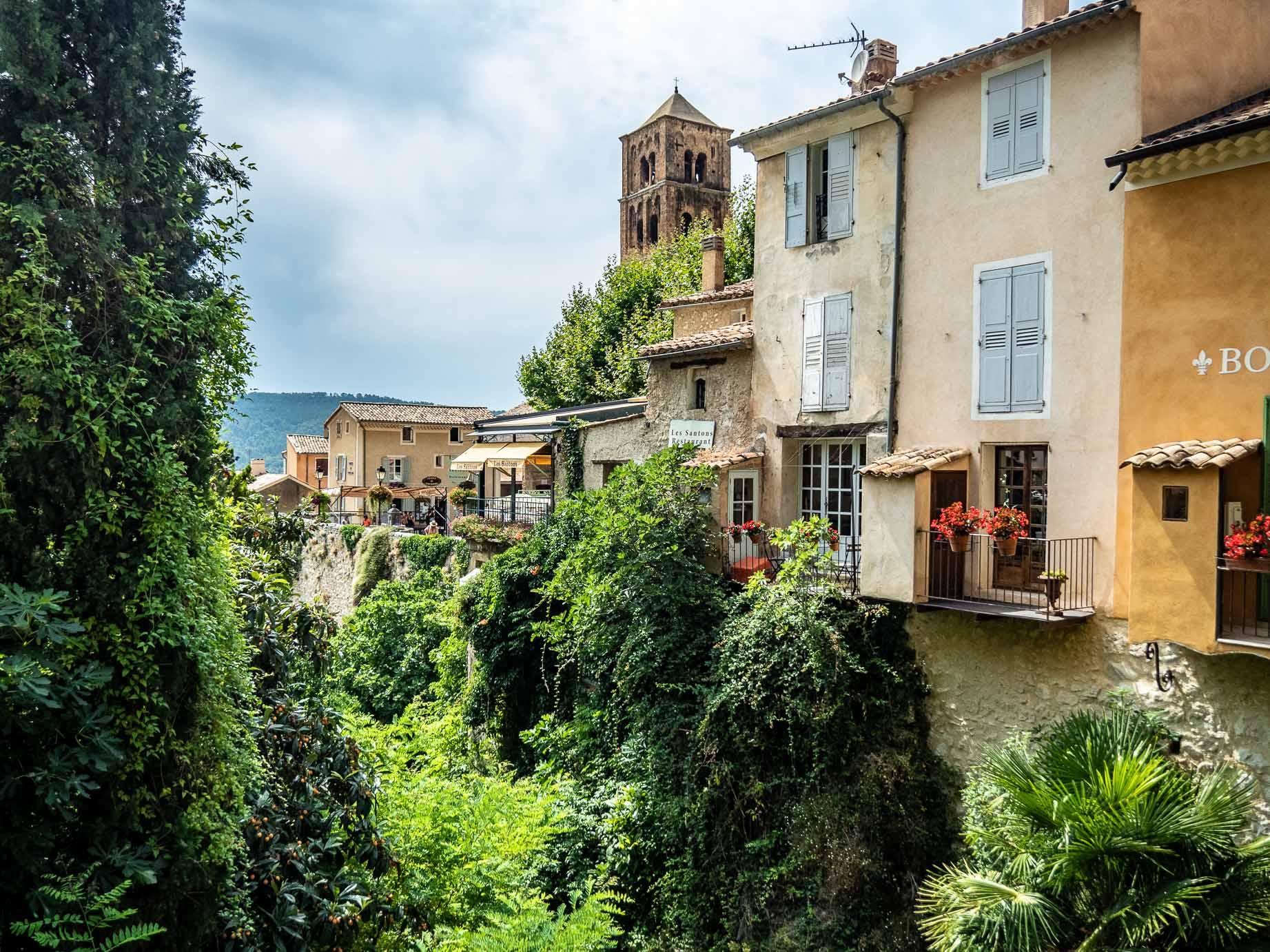 Le village de Moustiers Sainte Marie aux abords des gorges du Verdon en France